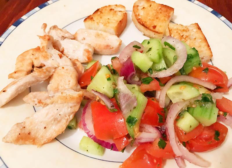 Hähnchenbrust auf griechischem Salat als Audiofile