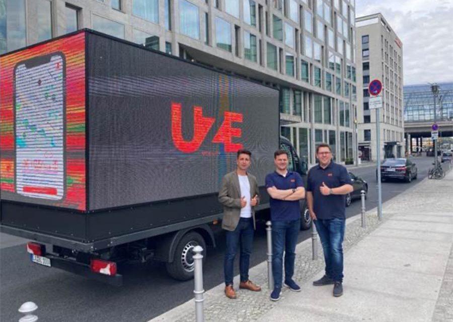 Bunt, schrill, mobil: UZE Mobility kooperiert mit LED Motion